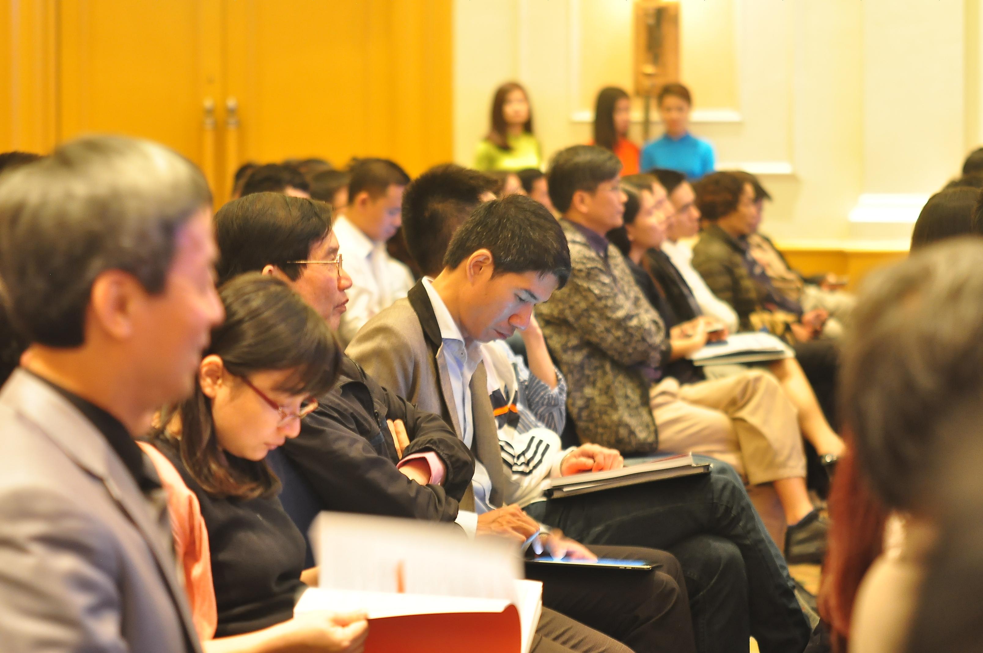 Vấn đề được nhiều cổ đông quan tâm tại chương trình năm nay là việc FPT sẽ giảm sở hữu tại mảng Phân phối và Bán lẻ để tập trung cho mảng Công nghệ và Viễn thông, sẽ tăng trưởng trong 3-5 năm tới. Hiện tại, FPT đã ký hợp động với hai đơn vị tư vấn là Công ty Nomura (Nhật Bản) và Chứng khoán Bản Việt để tiến hành tư vấn nhằm mang lại lợi ích cao nhất cho cổ đông.