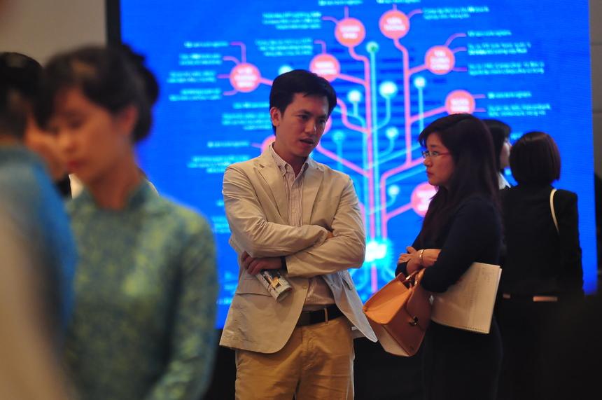 Nhiều cổ đông nhận định, FPT là bluechip đầu tư dài hạn của họ trong tương lai. Theo chịLương Thu Hương, Công ty chứng khoán BIDV (váy đen), nhận định, CNTT đang là ngành phát triển trong tương lai. Tập đoàn hiện có các ứng dụng thiết thực trong đời sống như giao thông thông minh, y tế thông minh... là những mảng sơ khai ở Việt Nam nhưng hứa hẹn nhiều đất phát triển trong tương lai, rất tốt cho FPT.