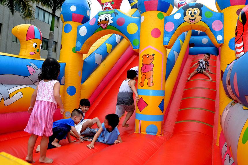 Nhà phao cũng thu hút đông đảo các FPT nhí vui chơi.