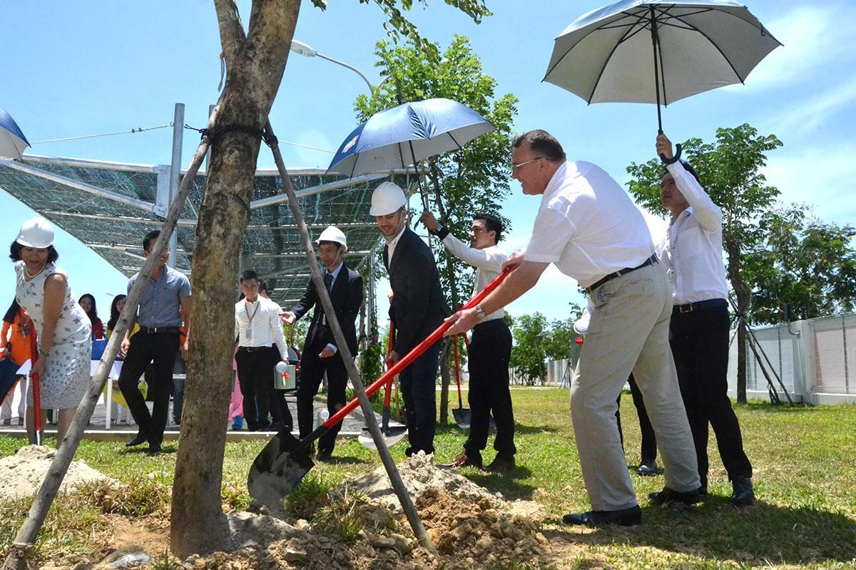"""Trước khi kết thúc chuyến thăm, Quốc Vụ khanh Bộ Ngoại giao và các vấn đề châu Âu cùng thành viên trong đoàn trồng cây lưu niệm tại FPT Complex.""""Tôi hy vọng có một FPT Complex ở Slovakia"""", ông Lukas Parizek mong muốn. Ông cũng cho biết, chính quyền Slovakia sẽ hỗ trợ tối đa các doanh nghiệp Việt Nam trong đó có Tập đoàn FPT."""