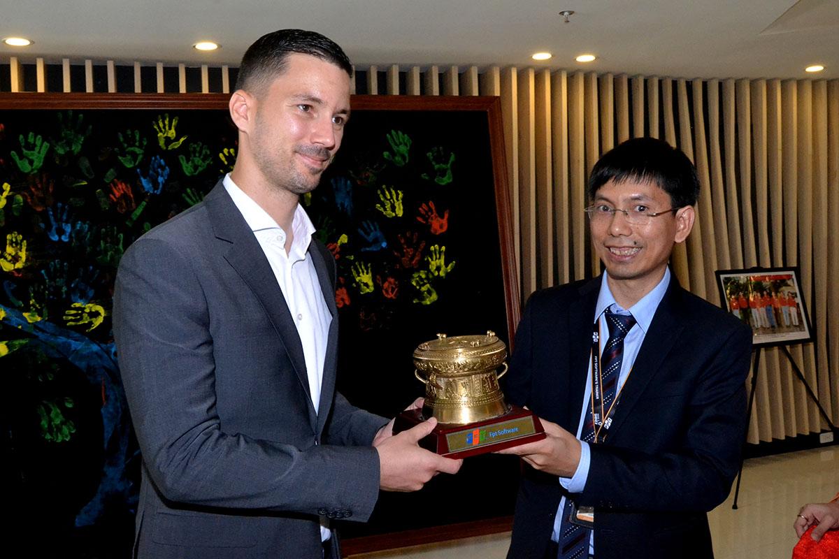 Anh Nguyễn Tuấn Phương, GĐ FPT Software Đà Nẵng, trao tặng ông Lukas Parizek chiếc trống đồng có in logo FPT Software trên đế gỗ. Đây cũng chính là biểu tượng của tòa nhà FPT Complex.