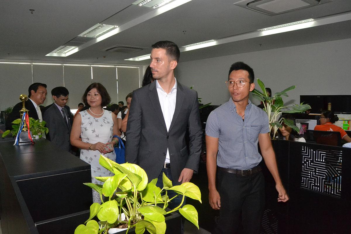 """Đoàn Slovakia thăm nơi làm việc ở FPT Complex. Tòa nhà nằm trong Khu đô thị công nghệ FPT Đà Nẵng, được xây dựng trong giai đoạn 2014-2020. Giai đoạn 1 của dự án đã hoàn thành vào tháng 4/2016 và giai đoạn 2 sẽ được khởi công vào cuối năm nay. Cùng Hà Nội và TP HCM, Đà Nẵng là một trong ba trung tâm cung cấp dịch vụ lớn của FPT ở Việt Nam. Ông Lukas Parizek đánh giá cao chặng đường phát triển của tập đoàn cũng như hợp tác hai bên trong thời gian qua. Năm 2014, FPT mua lại Công ty RWE IT, công ty cung cấp dịch vụ CNTT nội bộ của tập đoàn năng lượng hàng đầu châu Âu RWE và đổi tên thành FPT Slovakia. Đây là thương vụ M&A đầu tiên của FPT nói riêng và trong lịch sử của ngành công nghệ thông tin Việt Nam nói chung. Điều này không chỉ giúp FPT nâng cao năng lực cung cấp, tư vấn giải pháp SAP và các giải pháp """"Smart Home"""" mà còn giúp công ty mở rộng quy mô khách hàng toàn cầu."""