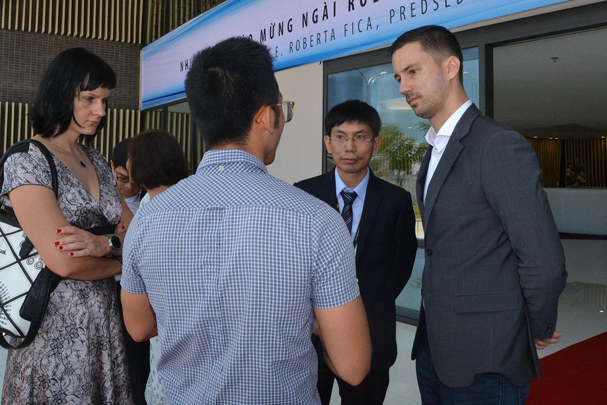 Trước đó, sáng ngày 18/7, trước sự chứng kiến của Thủ tướng Slovakia Robert Fico và Thủ tướng Việt Nam Nguyễn Xuân Phúc,FPT đã ký thỏa thuận hợp tác phát triển kinh doanh toàn cầu với Gratex International(GTI) của Slovakia. Sự kiện diễn ra trong khuôn khổ cuộc tọa đàm song phương tại Văn phòng Chủ tịch nước. Theo thỏa thuận này, FPT và GTI sẽ hợp tác phát triển kinh doanh trên phạm vi toàn cầu, trước hết là ở khu vực châu Âu, châu Á, Australia và châu Phi; cùng hợp tác trong lĩnh vực nghiên cứu phát triển công nghệ, phát triển nguồn nhân lực CNTT có kinh nghiệm chuyên sâu…