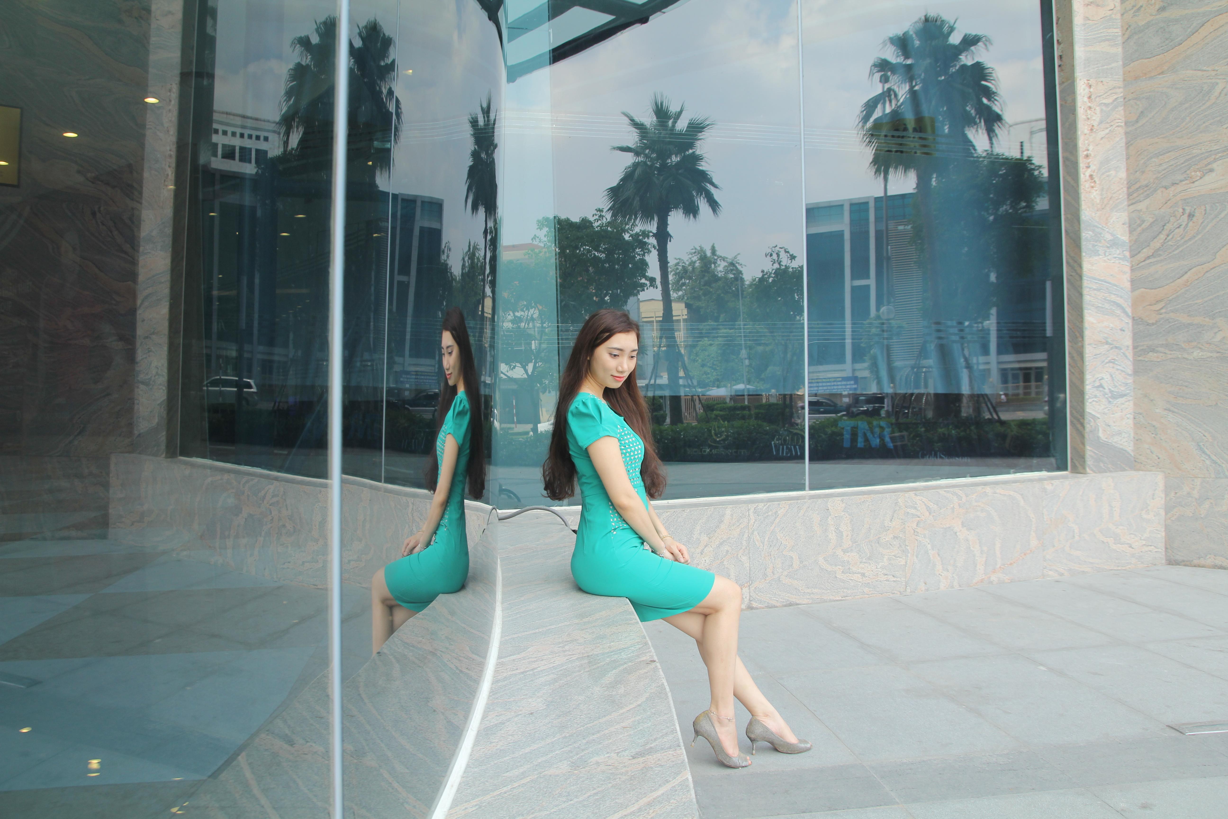 Ngọc Ánh nổi bật với váy ren màu xanh nước biển. Kiểu dáng ôm sát cùng màu sắc trang nhã giúp côtrở nên trẻ trung và thanh lịch hơn.