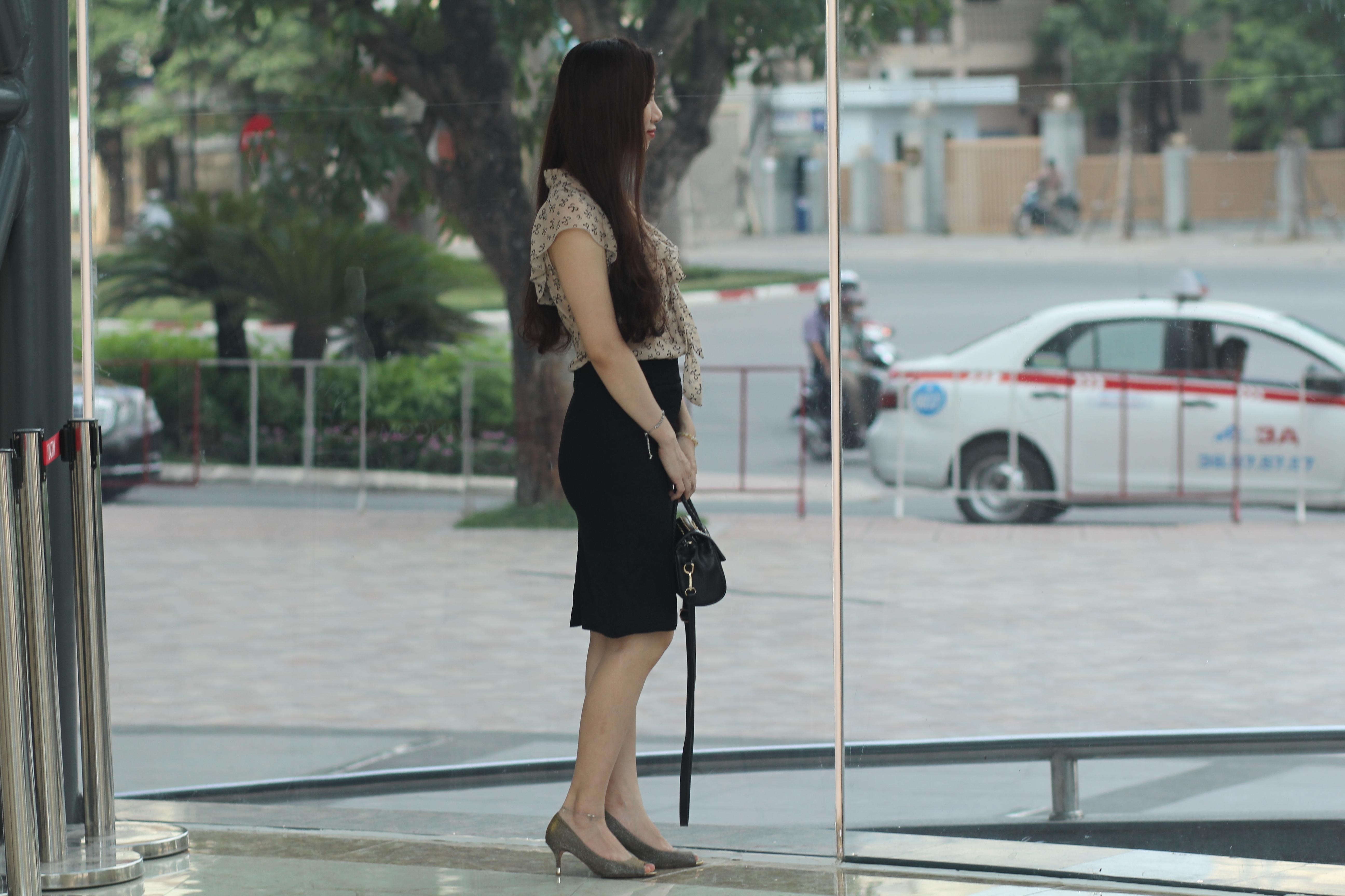 Dù ưu tiên lựa chọn những trang phục nhẹ nhàng nhưng với cách mix khéo léo, Ánh vẫn toát lên vẻ tao nhã, chững chạc. Với áo voan nude kết hợp cùng chân váy giúp cô toát ra được vẻ năng động nhưng cũng không kém phần nữ tính. Về phụ kiện, bên cạnh chiếc túi sách màu đen sang trọng, cô nàng tạo được điểm nhấn với giày cao gót màu trầm.