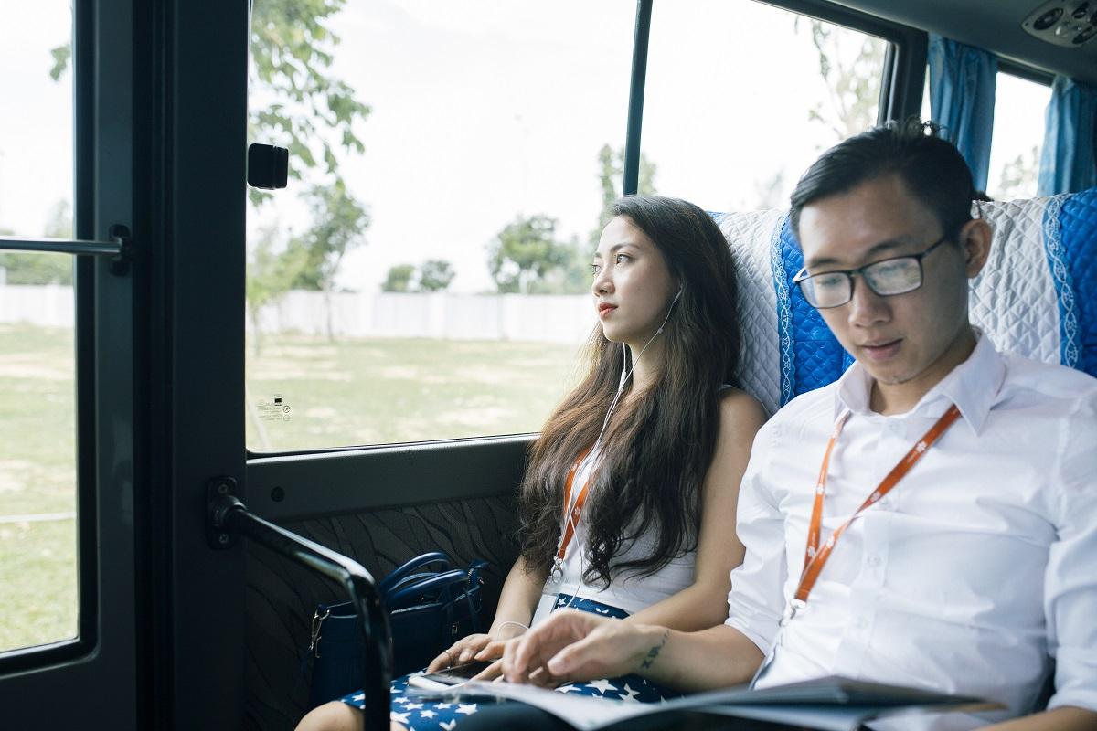 """11 năm sau khi thành lập, FPT Software Đà Nẵng đã có """"đại bản doanh"""" mới mang tên FPT Complex, tọa lạc ở quận Ngũ Hành Sơn. Một ngày làm việc bình thường của CBNV đã được Quỳnh Ngân thể hiện chân thực nhất thông qua những bức ảnh. Trong ảnh: Quỳnh Ngân đi xe bus để đến FPT Complex. Mục đích giảm thiểu ô nhiễm môi trường và bảo vệ sức khỏe."""