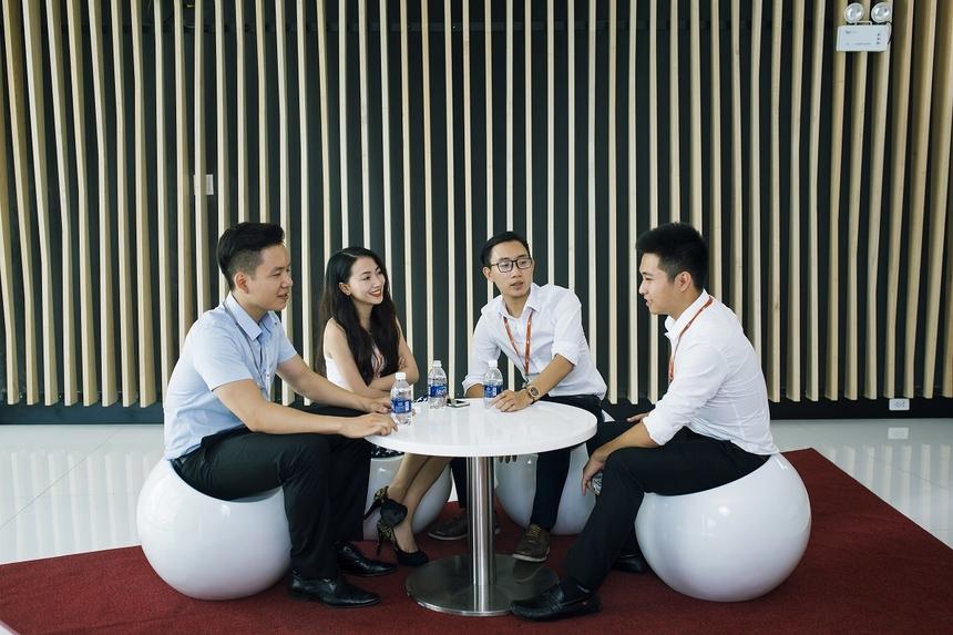 Ngay phía sảnh chính là những bộ bàn ghế dùng để tiếp khách hoặc nghỉ ngơi, trò chuyện.