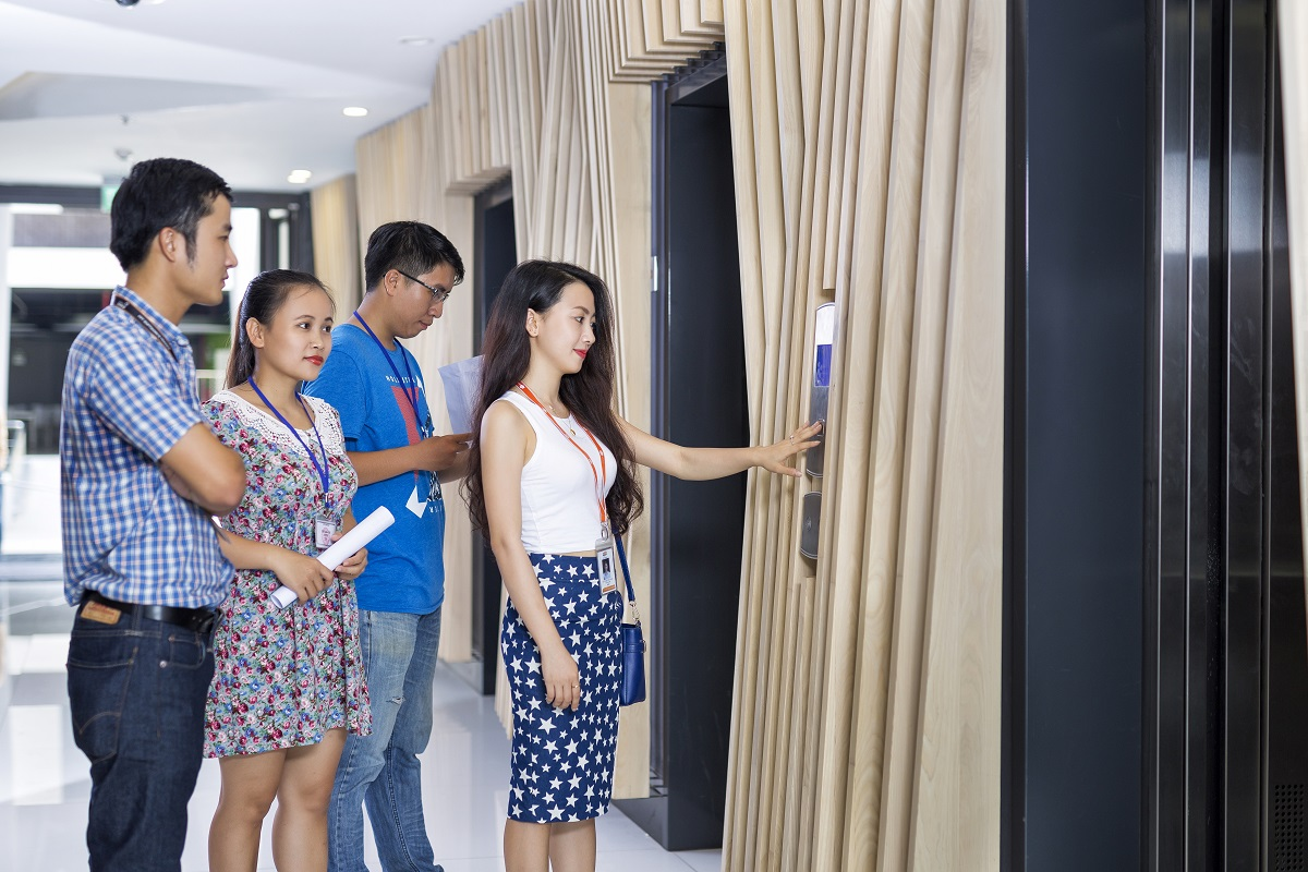 Đi qua sảnh chính, nhân viên gặp ngay thang máy được thiết kế hiện đại, tông màu được phối hợp tinh tế, tạo cảm giác thân thiện.