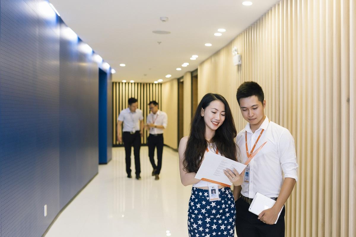 Hệ thống chiếu sáng tòa nhà có thiết kế thông minh, tự động bật khi có động. Ngoài ra, vi mạch cũng được bố trí ngay cạnh cửa ra vào của các văn phòng kỹ sư công nghệ, nhắc nhở vệ sự hiện diện của công nghệ ở mọi nơi.