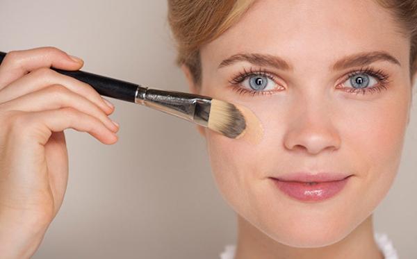11. Tránh đánh kem nền lên phần da mắt Thực tế: Các loại kem nền thế hệ mới đều không chứa cồn, không gây khô da. Vậy nên bạn có thể thoải mái tán đều lên cả phần da mắt mà không sợ lộ rãnh nếp nhăn.