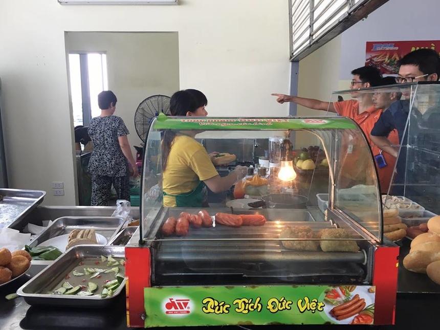 Nhà thầu Thanh Loan cũng phục vụ bữa sáng với nhiều món ăn như xúc xích, bánh chưng rán, bánh rán, bánh dày giò...