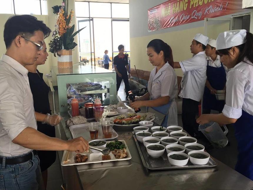 Buổi trưa, nhà hàng Phương Nam cũng bán cơm theo hình thức buffet giống nhà thầu Tristar cũ. Tuy nhiên, do ngày đầu tiên nên nhà thầu chuẩn bị khá ít đồ ăn. Khoảng hơn 12h khách hàng đã không còn gì để chọn.