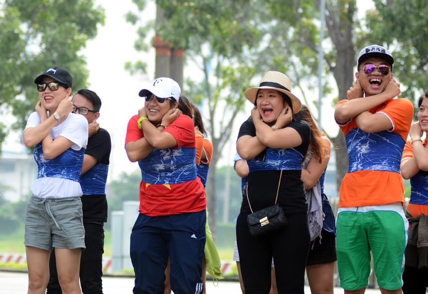 Các cán bộ Tổng hội được chia làm 3 đội: Bao Dam, Bay Cao và Quần Hòe. Trong ảnh là một thành viên của đội Bao Dam tập trung trễ hơn giờ quy định nên cả đội tình nguyện chịu phạt thụt dầu.