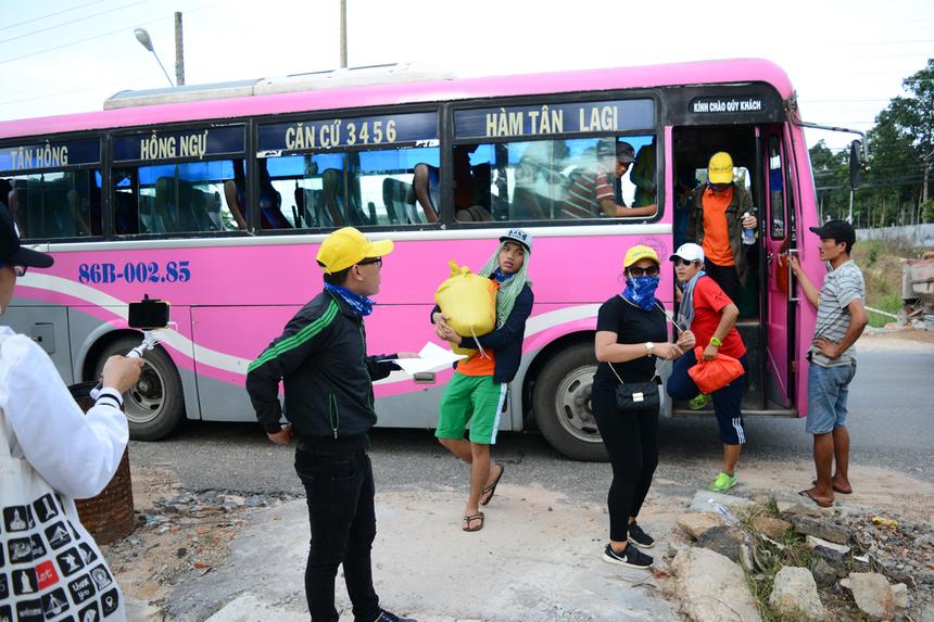 """Việc nhầm lẫn địa chỉ trường Ánh sángđã khiến đội Bao Dam xuống xe buýt không đúng tuyến. Rất may sau đó họ đã thuyết phục được một tài xế lái xe 16 chỗ thương tình, """"ra tay tương trợ"""" chở đến trường Khuyết tật - Khiếm thị Ánh sáng."""