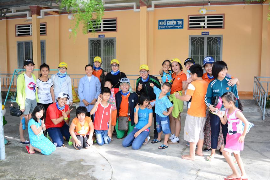 Tại trườngKhuyết tật - Khiếm thị Ánh sáng, các đội tặng lại toàn bộ số gạo và bột ngọt đã mua, sau đó nhận mật thư và dành chút thời gian vui đùa, trò chuyện với trẻ em của trường.