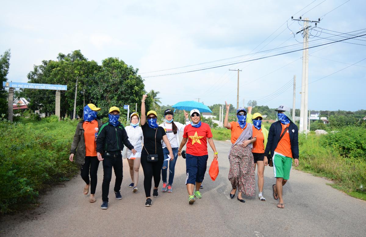 Các thành viên trong đội Bao Dam buộc phải đi bộ một khoảng 7 km để ra đến đường lớn và chờ đón xe buýt di chuyển đến điểm đích, cách đó khoảng 20 km.