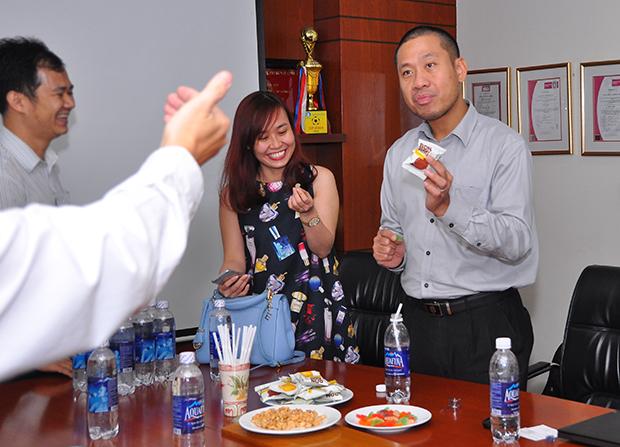 Anh Nguyễn Đức Quỳnh và chị Phạm Thị Thùy Trang (FPT Software) ăn thử sản phẩm của PAN Food.