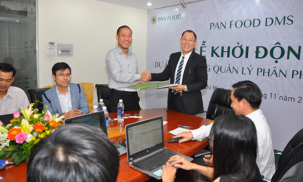 Giám đốc FPT Software HCM Nguyễn Đức Quỳnh và CEO Pan Food Patrick Ho ký kết hợp tác phát triển hệ thống phân phối DMS tại lễ khởi động dự án.