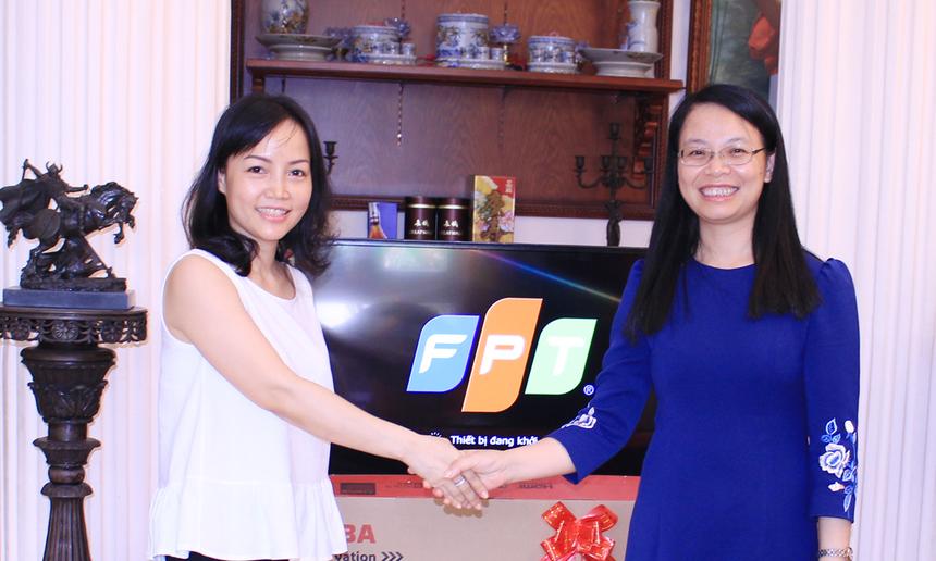 """Chủ tịch FPT Telecom Chu Thanh Hà chia sẻ, khởi nguồn từ Trung tâm Dịch vụ Trực tuyến cùng mạng Intranet đầu tiên của Việt Nam mang tên """"Trí tuệ Việt Nam - TTVN"""", sản phẩm được coi là đặt nền móng cho sự phát triển của Internet tại Việt Nam, sau gần 20 năm hoạt động, đến nay FPT Telecom đã có hàng triệu khách hàng trên toàn quốc cùng nhiều dịch vụ sản phẩm mới với những cải tiến vượt bậc. """"Thành công hiện tại của công ty chính là từ sự tin tưởng, yêu mến và ủng hộ của khách hàng, trong đó có gia đình anh Trường. Chúng tôi luôn mong muốn tiếp tục được đón nhận và lắng nghe nhiều hơn nữa sự chia sẻ cũng như ủng hộ của khách hàng để FPT Telecom ngày càng hoàn thiện"""", chị Hà bày tỏ."""