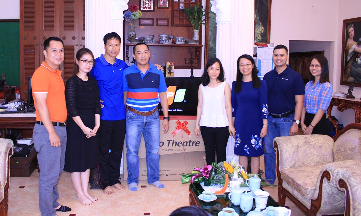 """Gắn bó với nhà mạng FPT Telecom từ lúc """"sơ khai lập nghiệp"""", anh Phan Xuân Trường (thứ ba từ trái sang) vui mừng và bất ngờ khi đại diện Ban lãnh đạo đơn vị đã tận tình đến trao những món quà đặc biệt. Bên cạnh những phần quà ý nghĩa như chiếc TV Toshiba 49 inch thế hệ mới, cùng một năm sử dụng dịch vụ Internet và Truyền hình FPT miễn phí, đơn vị còn trao tặng hộp giải mã thế hệ mới của Truyền hình FPT và hỗ trợ lắp đặt ngay tại nhà với mong muốn khách hàng có thể trải nghiệm những tính năng, tiện ích vượt bậc từ các sản phẩm cho các thành viên trong gia đình mình. Mọi vấn đề về kỹ thuật sẽ được FPT Telecom hỗ trợ nhanh chóng và kịp thời với đội ngũ nhân viên chuyên nghiệp và nhiệt tình. """"Cảm ơn món quà tri ân kỷ niệm 20 năm thành lập của FPT Telecom. Tôi rất vinh dự là một trong số những khách hàng đầu tiên và sử dụng dịch vụ Internet FPT lâu năm nhất trên toàn quốc"""", anh Trường hào hứng và tiết lộ, không những sử dụng mạng Internet FPT cho gia đình, anh còn dùng cho các cơ sở kinh doanh và giới thiệu cho bạn bè, người thân. """"Ngoài chất lượng tốt và ổn định, tôi rất thích dịch vụ chăm sóc khách hàng của FPT. Mỗi lần gặp vấn đề kỹ thuật chỉ cần liên hệ lên bộ phận hỗ trợ là được xử lý kịp thời, nhân viên cũng vui vẻ, nhiệt tình"""", anh nói."""