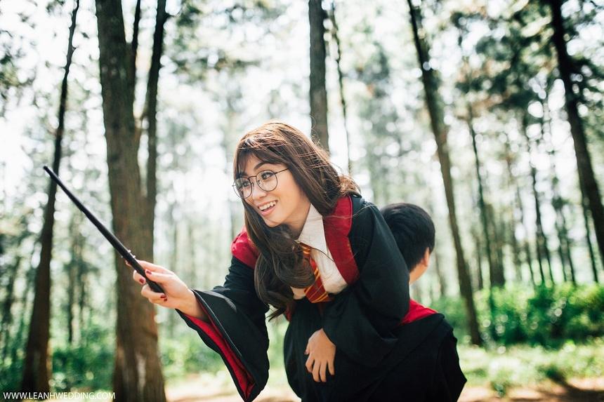 """Bộ ảnh ra đời nhằm thỏa mãn niềm đam mê những bộ truyện Fantasy, đặc biệt là nhân vậtHarry Potter. Để tăng thêm tính """"phiêu lưu phù thủy"""", cặp đôi 9x quyết định chọn bối cảnh thực hiện ở khu Campuchia thuộc Công viên châu Á, TP Đà Nẵng."""