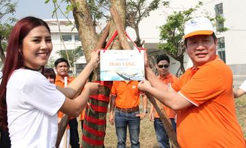 FPT trồng cây xanh, tặng quà ở Bệnh viện Ung bướu Đà Nẵng