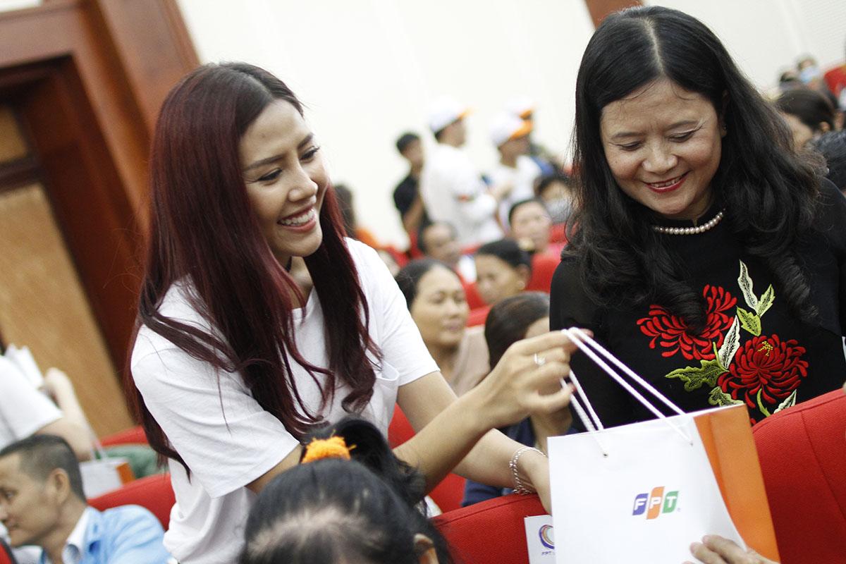 Top 25 Hoa hậu Thế giới 2014 Nguyễn Thị Loan thân thiện đến từng hàng ghế để trao quà cho bệnh nhân.