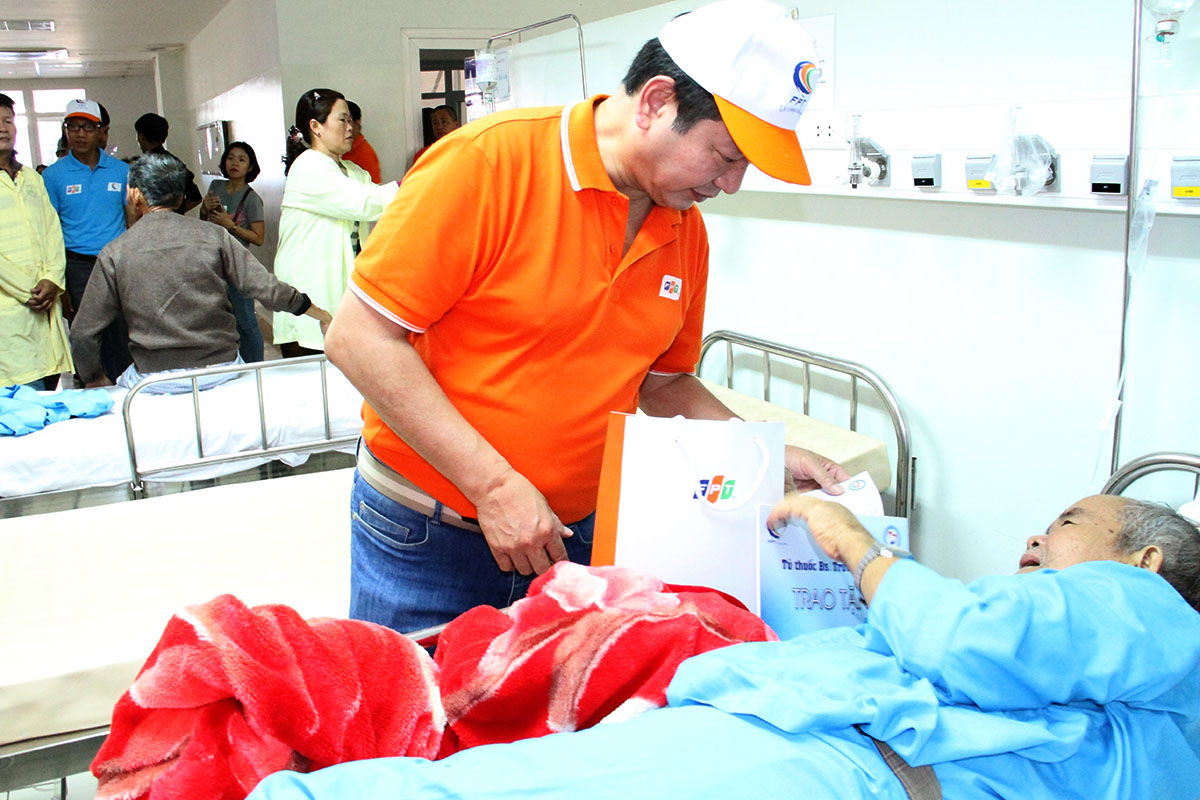 Chủ tịch Trương Gia Bình xuống tận giường bệnh để trao quà và động viên bệnh nhân Bệnh viện Ung bướu.
