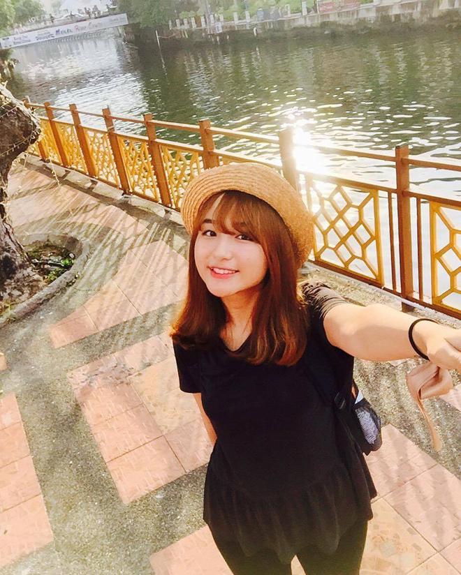"""Thế nhưng, Linh cho biết sở trường của cô là tiếng Anh. Từ khi là nữ sinh trung học, Linh đã làm gia sư môn học này và đã có """"thâm niên"""" sáu năm đứng lớp ngoại ngữ trước khi vào làm việc tại FPT Software."""