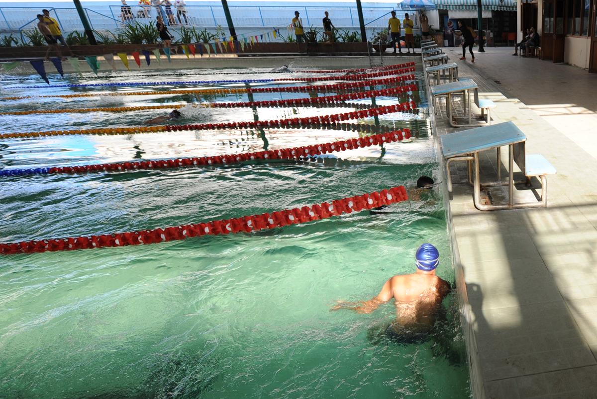 Anh Lê Minh Đức (mũ xanh), FPT Software, thi đấu ở lane số 1, về nhất ở đợt đua đầu tiên với thành tích 36'38 ở đường bơi 50m. Khi về đích, anh còn có thời gian quan sát các đối thủ về ngay sau mình.