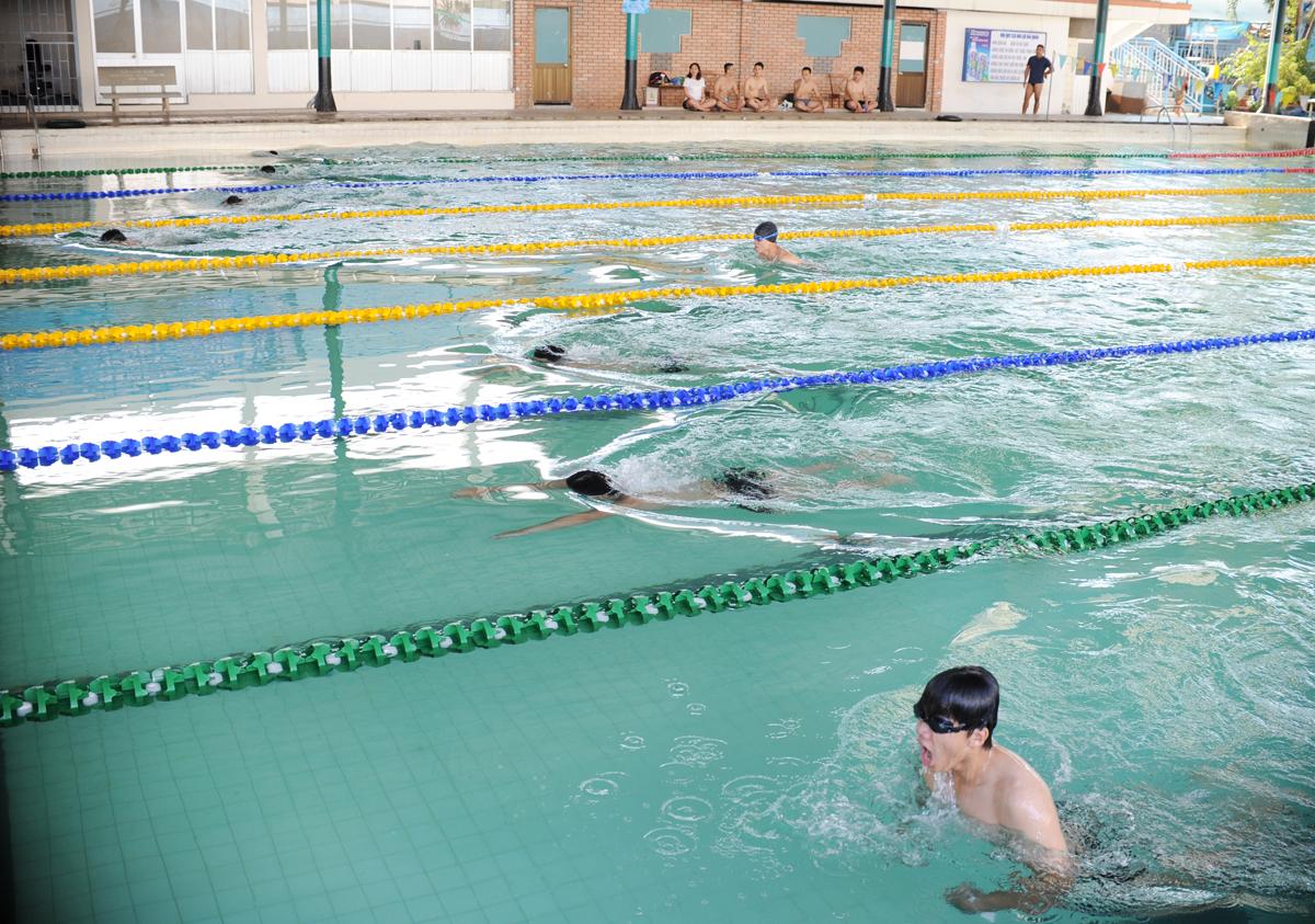 Thu hút lượng vận động viên đăng ký đông nhất là môn bơi sải nam - 22 người. Ban tổ chức phải bố trí 3 lượt bơi, lấy 8 người có thành tích tốt nhất vào tranh giải chung cuộc.