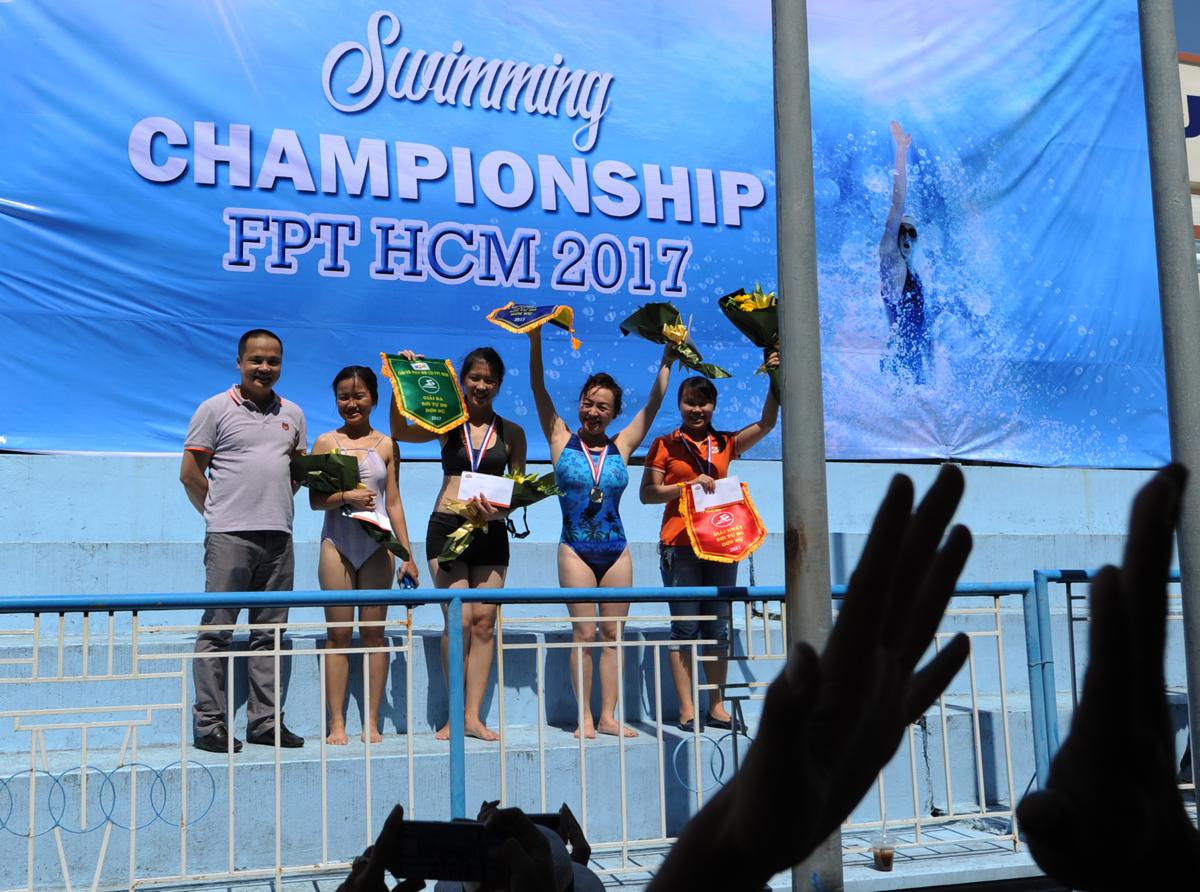 Chưa phát hiện sai sót, Ban tổ chức trao giải cho các vận động viên nữ. Ban đầu, ngôi Vô địch bơi tự do nữ được trao cho chị Thi Kính Trung, Tổ chức Giáo dục FPT. Ba vận động viên FPT IS lần lượt nhận giải Nhì - Ba và Khuyến khích là Chu Hòa Thanh, Nguyễn Trần Hòa Nhã và Nguyễn Thu Thủy.
