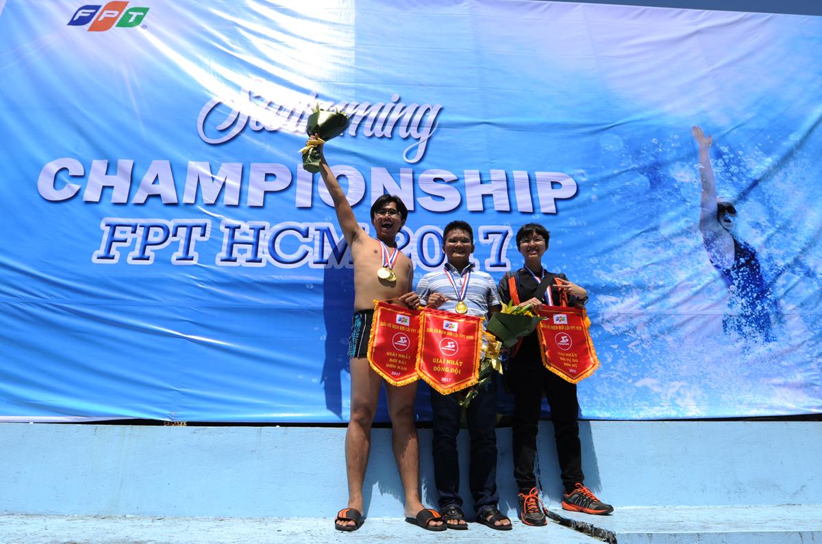 """Giải bơi đầu tiên FPT HCM thiết lập nhiều kỷ lục thú vị: team Sendo.vn (ảnh) chỉ có 3 người nhưng ai cũng giành giải thưởng (hai ngôi Vô địch đơn nam - nữ, Huy chương Vàng giải đồng đội 3 người); FPT HO là đơn vị có tỷ lệ tham gia đông nhất: 13/18 tổng nhân sự; FPT IS không phải là đơn vị đông quân nhất nhưng lượng người tham gia áp đảo (chiếm gần 1/2 giải); và cuối cùng là giải thưởng khủng nhất: 35 triệu đồng. """"Ai tham gia cũng hào hứng, từ người thi đến người cổ vũ. Các mùa giải sau chúng tôi sẽ bổ sung nhiều môn thi mang tính đồng đội và vui hơn nữa để thu hút thật đông CBNV tham gia"""", chị Vũ Thị Vân Hải, Phó ban Văn hóa - Đoàn thể FPT, nhấn mạnh."""