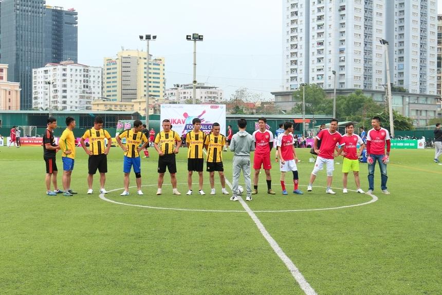 Ở trận đấu diễn ra cùng giờ, liên quân TIN 2-4 (áo đỏ) và TIN 13 (áo vàng) đã có một màn rượt đuổi tỷ số ngoạn mục.