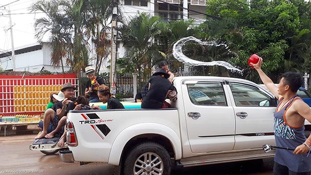 Dịp này, gia đình hoặc nhóm Lào thường mặc đồng phục sặc sỡ, di chuyển trên những chiếc xe bán tải căng bạt sau thùng xe trữ bia và nước. Họ di chuyển dọc các cung đường tại thủ đô tạt nước vào nhau và vào những người đi đường. Người Lào quan niệm, bạn càng tạt nước nhiều người thì càng may mắn.