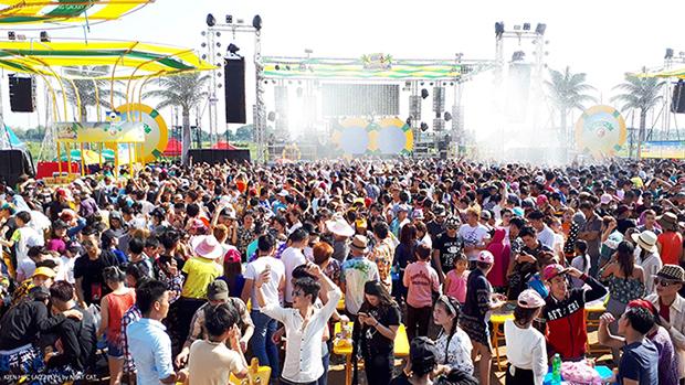 """ại Viêng Chăn, hàng ngàn người dân phủ kín Bãi Bia tham gia lễ hội Té nước trong không khí sôi động của âm nhạc với chủ đề """"Wet & Wild"""" . Cũng như người dân Thái Lan và Campuchia, lễ hội Té nước mang ý nghĩa đem lại sự mát mẻ, phồn vinh cho vạn vật, ấm no hạnh phúc thanh khiết cuộc sống con người."""