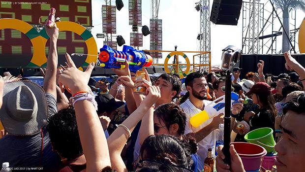 """Đúng như tên gọi """"Wet & Wild"""" – Ướt át và hoang dại, dân địa phương và du khách đều say trong men bia và quay cuồng trong âm nhạc với sự thể hiện của những ngôi sao và DJ nổi tiếng tại Lào."""