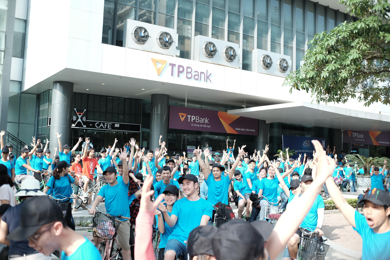 Đúng 7h40, các vận động viên xuất phát từ toà nhà FPT Cầu Giấy, thẳng tiến đến điểm chốt đầu tiên tại Cung thể thao Quần Ngựa. Đoàn đua với màu áo xanh nổi bật đã khiến người đi đường chú ý và thích thú.