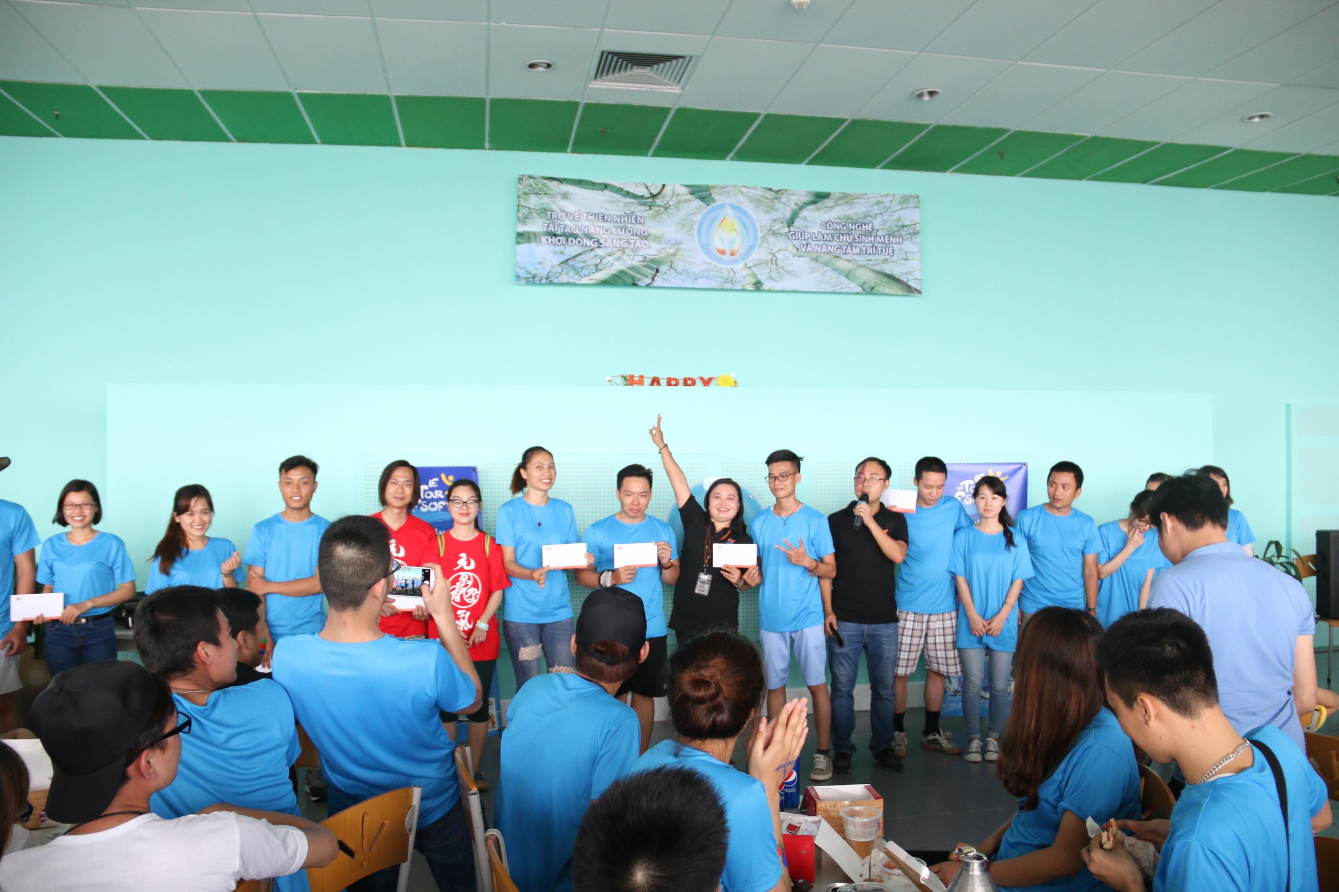"""Ban tổ chức cũng đã trao các giảichặng 2 (10 giải), giải phụ hashtag,.. cho các vận động viên.Le tour de FSoft là hoạt động được FPT Software tổ chức thường niên từ năm 2004 nhằm tạo điều kiện cho CBNV của đơn vị có cơ hội giao lưu, gặp gỡ và rèn luyện thể thao. Số lượng vận động viên tham gia giải đua các năm khá đông đảo, khoảng gần 300 người tham gia. Năm 2015, giải được mở rộng ra toàn FPT với sự tham gia của Ban Văn hóa - Đoàn thể FPT (FUN). """"Cặp đôi Vovinam"""" của Tổ chức Giáo dục FPT giành ngôi vô địch Le tour de FPT 2015"""