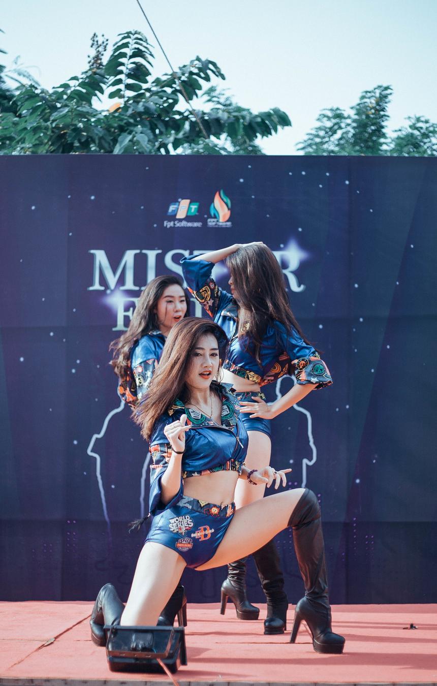 """Các thành viên của nhóm đều có đam mê vũ đạo từ rất sớm. Cô nàng Mai Hương (giữa), Trưởng nhóm Pink Key, tiết lộ, trong quá trình tập luyện, cô không tránh khỏi những lần """"chày da, tróc vảy"""" vì tai nạn."""