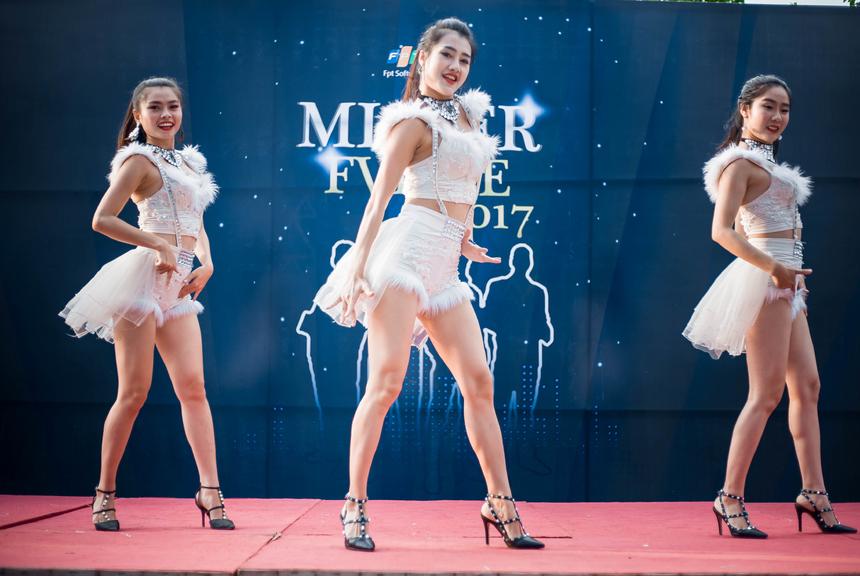 Trong khi đó, phía dưới sân khấu mày râu FPT hò reo, cổ vũ các vũ công một cách nồng nhiệt nhất.