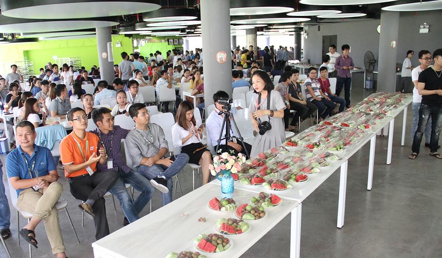 Trưa nay (ngày 11/8), FPT Software Đà Nẵng đã tổ chức lễ sinh nhật tròn 12 năm thành lập tại căng-tin tòa nhà FPT Complex dành cho tất cả cán bộ nhân viên. Với không gian mở, chương trình đã đem lại tâm lý thoải mái và nhiều tiếng cười cho người tham gia.