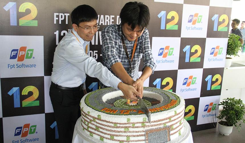 GĐ và PGĐ FPT Software Đà Nẵng cắt bánh sinh nhật để cùng mọi người khai tiệc. Dưới sự dẫn dắt của hai anh, trong 3 năm gần đây, mảng xuất khẩu phần mềm của FPT Đà Nẵng luôn đạt con số tăng trưởng trung bình 50-60% mỗi năm, đội ngũ kỹ sư CNTT cũng tăng lên nhanh chóng, từ 400 người trong năm 2011 lên hơn 2.000 người năm 2017. Nhiều dự án trị giá triệu USD với các đối tác lớn trên thế giới đã được triển khai tại FPT Đà Nẵng, đặc biệt là các dự án theo xu hướng công nghệ mới điện toán đám mây.