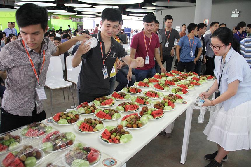 Rất nhiều trái cây đã được Ban tổ chức chuẩn bị sẵn để CBNV cùng nhau thưởng thức. Ngoài tổ chức sinh nhật cho toàn thể nhân viên, FPT Software Đà Nẵng còn vinh danh những cá nhân đóng góp 5 đến 10 năm cho đơn vị vào chiều nay (11/8) tại khách sạn Minh Toàn, đường 2/9.