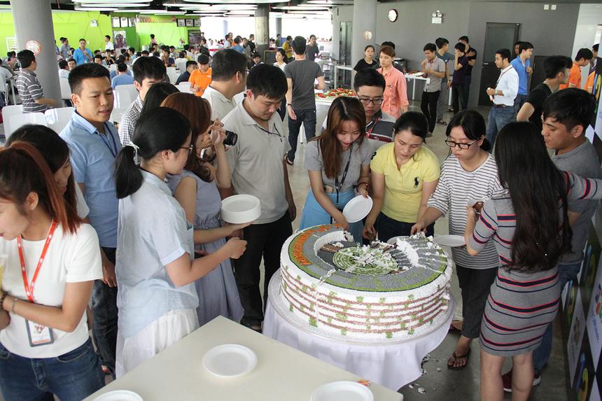 Cũng nằm trong chuỗi hoạt động sinh nhật lần thứ 12, FPT Software Đà Nẵng còn tổ chức cuộc thi viết thơ, văn, bowling, đặc biệt giải bóng Tam hùng sẽ diễn ra ngày 12/8 tại tòa nhà Massda. FPT Software đang hướng đến mục tiêu 1 tỷ USD doanh thu và 30.000 nhân sự vào năm 2020. Trong đó, FPT Software Đà Nẵng dự kiến đóng góp 25-30% vào mục tiêu nhân sự, tương đương khoảng 7.000-9.000 người vào năm 2020.