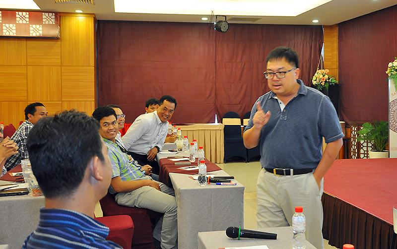 MiniMBA do Trường Đào tạo cán bộ FPT (FCU) và Viện Quản trị kinh doanh FPT (FSB) triển khai là lớp học dành riêng cho cán bộ quản lý từ level 4 của các đơn vị trong Tập đoàn FPT.Chiều ngày 10/8, lễ tổng kết chương trình MiniMBA 2017 được tổ chức tại Khách sạn Sài Gòn, quận 1, TP HCM. Trước khi diễn ra phần trao bằng cho các học viên đủ tiêu chuẩn tốt nghiệp là buổi học cuối của khóa học với môn Toàn cầu hóa do Chủ tịch FPT Software Hoàng Nam Tiến đứng lớp.