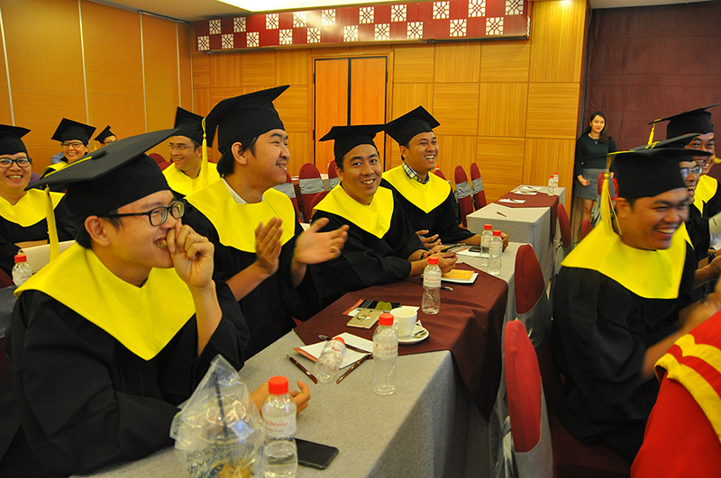 Các học viên khóa 35 được thay lễ phục để chuẩn bị cho phần nhận bằng tốt nghiệp và hào hứng khi xem đoạn clip do BTC thực hiện, trong đó điểm lại những dấu mốc trong hai năm học của các nhà quản lý.