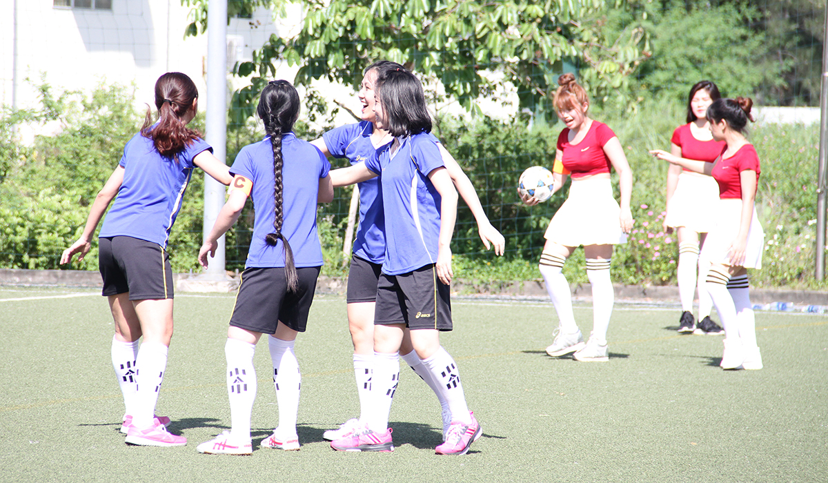 Nhưng cũng phải chờ đến tình huống có phần may mắn trước khung thành đội bóng nữ Hà Nội, các chân sút TP HCM mới đưa bóng được vào lưới. 1-0 cũng là tỷ số vừa đủ để giúp đội bóng áo xanh có chiến thắng đầu tay. Trong ảnh là niềm vui của các cô gái TP HCM sau khi ghi bàn.
