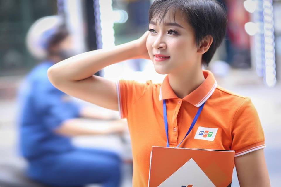 Lê Thị Hồng, sinh năm1993, có nụ cười tươi và cách ăn mặc cá tính. Côgia nhập FPT Telecom Hưng Yên từ tháng 4 năm nay với vị trí nhân viên kinh doanh.
