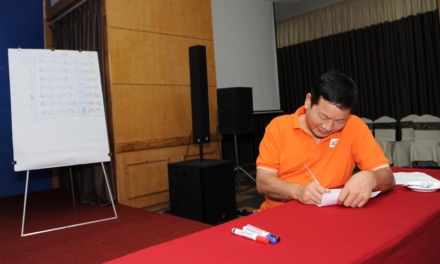 Là giám khảo duy nhất, anh Bình cũng là người cho điểm từng đội. Ngoài điểm trình bày bài, các đội còn giành nhiều điểm từ phần phản biện, đóng góp cho phần thi của nhóm khác.